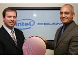 Bild: Kirk Skaugen, Vizepräsident bei Intel und Cray-Präsident Peter Ungaro (rechts) zeigen einen Wafer bei der Präsentation des Supercomputer-Projekts.