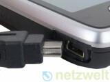 Bild: Die Akkus einiger Handy-Modelle lädt man schon heute über einen Mini-USB-Anschluss auf, der ähnlich groß ist wie der Micro-USB-Anschluss.