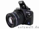 Bild: Olmypus E-420: Trotz Blitz und Objektiv immer noch kompakt.