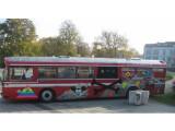 """Bild: Mit diesem ehemaligen Nahverkehrsbus sorgen Unterstützer von """"The Pirate Bay"""" vor dem Gericht für Aufmerksamkeit."""
