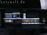 Bild: Die meisten Anschlüsse befinden sich auf der Rückseite des Samsung T220HD: VGA, DVI-D, Audio-In, Digital Audio-Out, HDMI, Scart, Component und der Antennenanschluss.