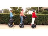 Bild: Segways: Auf den Elektro-Rollern fährt man stehend.