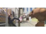 Bild: Szenenbild: Im Kampf gegen den Kraftprotz Sigg Jones kann der namenlose Held des Films nur dank seiner Superturnschuhe bestehen.