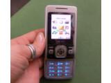 Bild: Das Einsteiger-Handy macht auf der CeBIT einen guten ersten Eindruck.