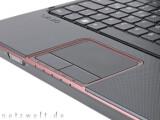 Bild: Ein Rand aus rotem Metallic-Lackziert Gehäuse und Touchpad.