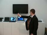 Bild: Daumenkino: Gabriel L.E. Willigens von Toshiba steuert ein Notebook mit dem Daumen.