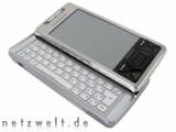 Bild: Das Smartphone bietet neben dem Touchscreen und einem optischen Joystick eine vollständige Tastatur.