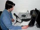 Bild: Netzwelt-Redakteur Patrick Woods mit dem Aufnahmeset Podcast Factory von M-Audio.