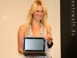 Bild: Topmodel Caro durfte den neuen EeePC S101 tragen und sagen wie toll sie ihn findet.