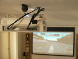 Bild: Das Home Entertainment System besteht aus Beamer, Boxen und ausfahrbarer Leinwand.