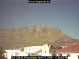 Bild: Am südlichen Zipfel des afrikanischen Kontinents in der Nähe des Kap der guten Hoffnung liegt Kapstadt. Wahrzeichen der südafrikanischen Stadt ist der Tafelberg, der mitten in der Stadt gelegen einen wunderschönen auf die Stadt und das Meer erlaubt. Internetnutzer können dank einer <a href=http://www.kapstadt.de/livecam.htm target=blank>Webcam</a> einen Blick auf den Berg werfen.