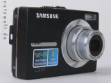 Bild: Samsung L210 schräg von der Seite mit ausgefahrenem Objektiv.
