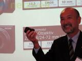 Bild: Kazuhiro Yuasa, Vizepräsident von Ricoh, zeigt stolz die neue Kamera.