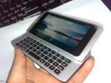 Bild: Das Display des Nokia N9 neigt sich beim Ausziehen der Tastatur leicht. (Bild: tieba.baidu.com)