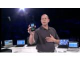 Bild: Microsofts Steve Guggenheimer zeigte das nächste WP7-Handy von Samsung auf einer Partnerkonferenz. (Bild: Screenshot)