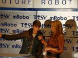 Bild: Verstanden hat wohl niemand, was Justin Bieber zum mRobo zu sagen hatte. (Bild: netzwelt)