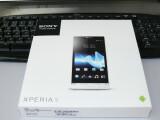 Bild: Quadratisch und flach: Die Verpackung des Sony Xperia S. (Bild: netzwelt)