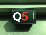 Bild: Ankündigung in Signalfarben: Das vergleichsweise günstige BlackBerry Q5 hält äußerlich nicht viel von vornehmer Zurückhaltung. (Bild: netzwelt)