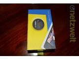 Bild: Blauer Pappkarton mit bunten Bildern - das Lumia 1020 kommt in typischer Umverpackung in den Handel. (Bild: netzwelt)