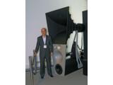 Bild: Magico-Chef Alon Wolf posierte für Netzwelt vor seiner 500.00 Euro-Box Ultima. (Bild: netzwelt)