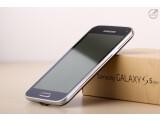 """Bild: Das Galaxy S5 mini ist optisch kaum von seinem """"großen Bruder"""" Galaxy S5 zu unterscheiden. (Bild: netzwelt)"""