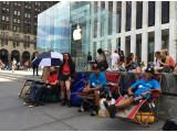 Bild: Bequem auf der Straße: Einige Tage müssen sich die Apple-Fans aber noch gedulden.