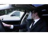 """Bild: Die B-Säule wird erst dann """"transparent"""", wenn der Fahrer sich für den Schulterblick umdreht."""