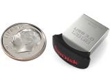 Bild: Bitte nicht versehentlich einatmen: Das winzig kleine USB-Stick SanDisk Ultra Fit USB 3.0 ist ab sofort bei Online-Händlern erhältlich.