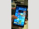 Bild: Der vermeintliche Protoyp des Lumia 950 XL ist noch für Testzwecke gedacht.