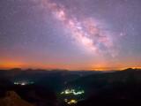 Bild: Unsere Galaxie: Ein Zeitraffer-Video der Milchstraße verdeutlicht, das auch die Menschen nur auf einer kleinen Kugel sitzen, von der es scheinbar unendlich viele in unserer Galaxie gibt.