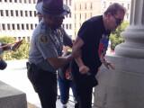 Bild: Afroamerikanischer Polizist hilft Rassisten.