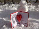 Bild: In diesem Artikel zeigen wir euch, wie ihr eine Valentinskarte mit 3D-Effekt basteln könnt und geben Anregungen für Grüße und Geschenke zum Valentinstag.