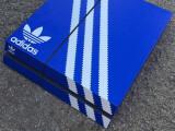 Bild: Eine PS4 im Adidas-Look passt auch zum Ganzkörper-Outfit.