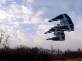 Bild: Nichts Besonderes: Eine Star Wars-Drohne fliegt über die Wiese.