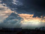 Bild: Die aktuelle Wetterlage präsentiert sich teilweise mit unwetterartigen Starkregen, Gewitter, Sturm, und Schnee.
