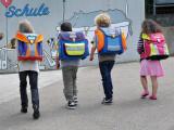 Bild: Kinder auf dem Weg zur Schule.
