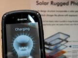 Bild: Lädt auch unter künstlichem Licht: Kyocera-Solarphone auf dem MWC.