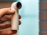 Bild: Die HTC RE Camera im Test. Die erste Actioncam von HTC fällt imTest vor allem durch ihre Bauform auf und die kinderleichte Bedienung auf.