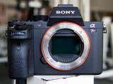 Bild: Die Sony Alpha 7RII mit vergrößertem Griff auf dem sich jetzt der Auslöser befindet.