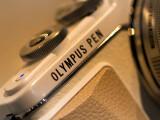 Bild: Das Metallgehäuse der Pen E-PL7 ist sehr gut verarbeitet. die MFT-Systemkamera konnte netzwelt für euch auf der Photokina 2014 in Augenschein nehmen.