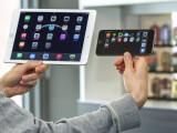 Bild: Das iPad Air 2 ist so leicht, es lässt sich mit dem iPhone 6 Plus-Griff auch über einen längeren Zeitraum halten.