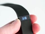 Bild: Das Display des Fibit Charge zeigt auch die Zeit an.