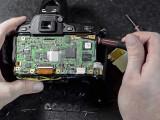 Bild: Das Innere einer DSLR. Im Video wird eine Nikon D80 auseinandergenommen.