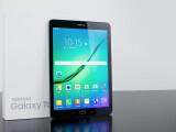 Bild: Mit einem Gewicht von nur 388 Gramm und einer Gehäusedicke von 5,6 Millimetern zählt das Samsung Galaxy Tab S2 zu den leichtesten und dünnsten Tablet-PCs.