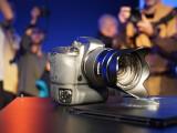 Bild: Samsung NX1 auf der Photokina. Die spiegellose Systemkamera kommt im Oktober in den Handel.
