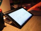 Bild: Reagiert auf fast alles und zerkratzt nicht: Der Touchscreen des Lenovo Yoga Tablet 2.