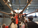 Bild: Der Octocopter Spreading Wings S1000 bringt mühelos eine Spiegelreflexkamera in die Luft.
