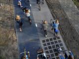 Bild: Knapp 70 Meter ist der Solar-Fahrradweg lang. Die rechte Hälfte dient der Materialforschung. Links wird Strom erzeugt.