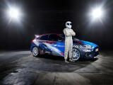 """Bild: Der stets mysteriös verhüllte Top Gear-Rennfahrer """"The Stig"""" präsentierte den Ford Focus RS auf der Gamescom."""