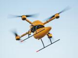 Bild: Die DHL-Drohne Paketkopter in Aktion. Im Feldversuch beliefert DHL die Nordsee-Insel Juist mit Medikamenten. (Bild: DHL)